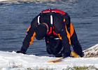 Uczestnik spływu składa pokłon ziemi nowomiejskiej